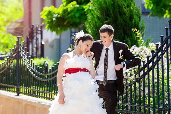 Беременная невеста с женихом