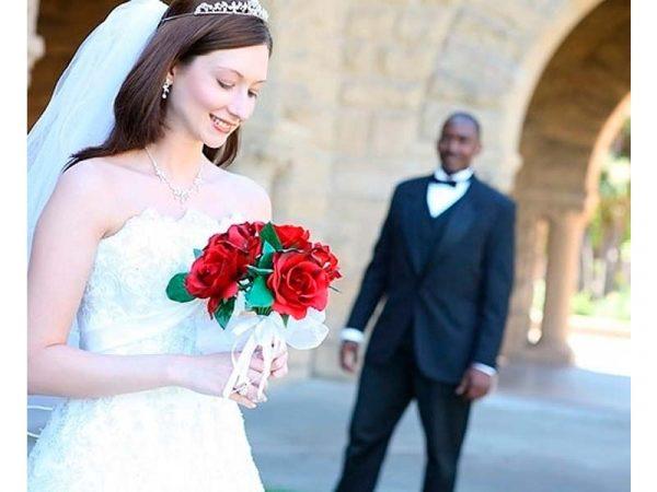Невеста с букетом и жених-иностранец