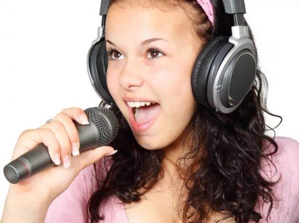 Девочка-подросток с микрофоном