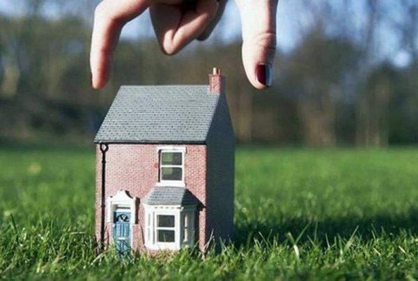 Игрушечный домик на траве