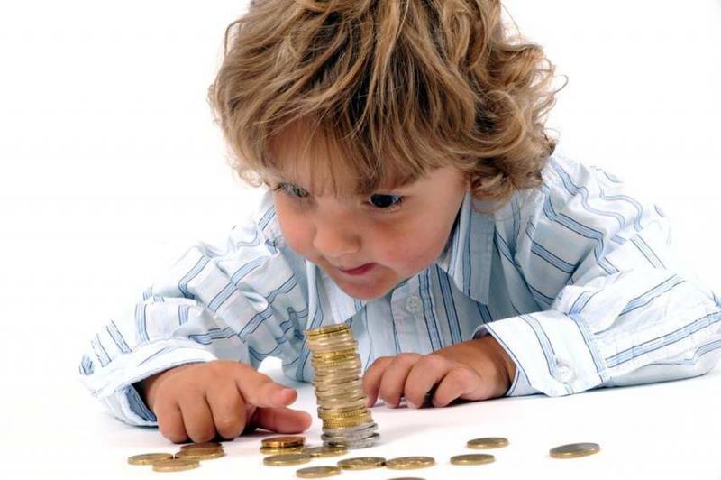 Малыш, считающий деньги