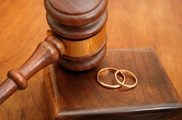 Обручальные кольца и судейский молоток