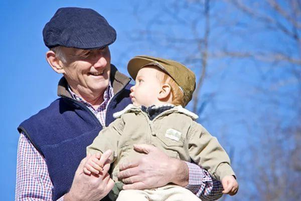 Общение дедушки с ребёнком