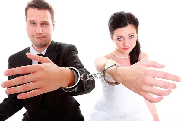 Молодожёны в наручниках