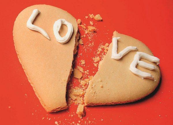 Печенье в виде разбитого сердца с надписью «love»