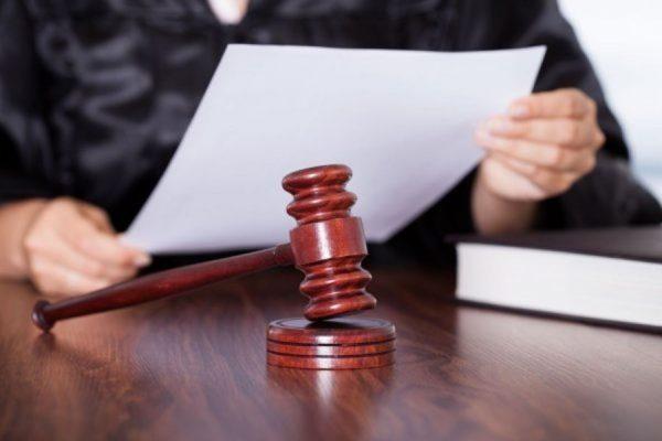 Судья с постановлением и молотком