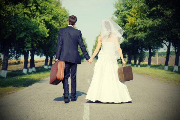 Жених и невеста с чемоданами