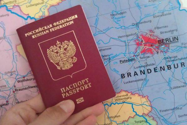 Загранпаспорт РФ на фоне карты