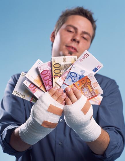 Деньги в забинтованных руках