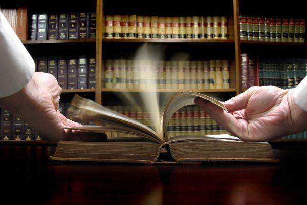Человек листает кодекс в библиотеке