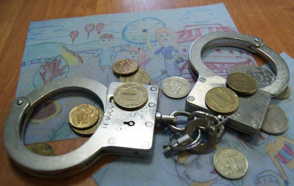 Наручники, деньги и детский рисунок