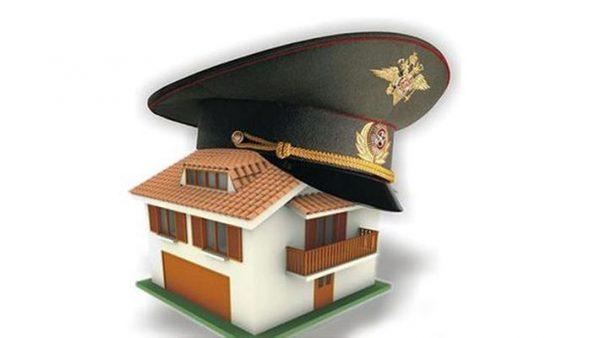 Офицерская фуражка на игрушечном домике