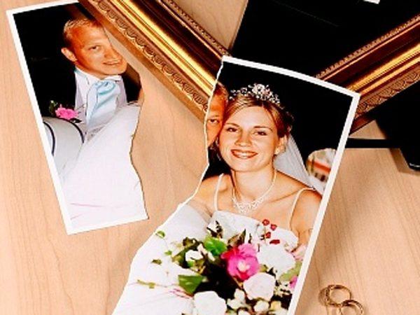Порванная свадебная фотография