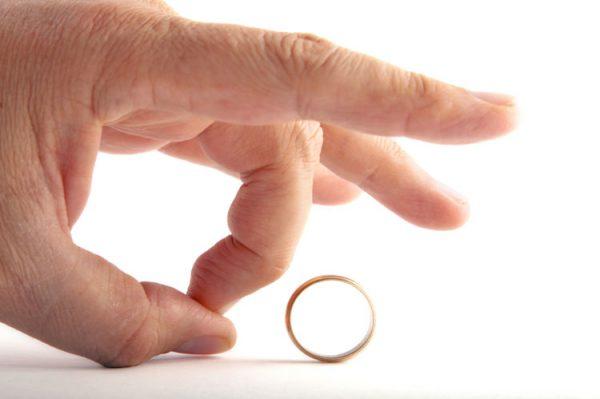 Рука и обручальное кольцо