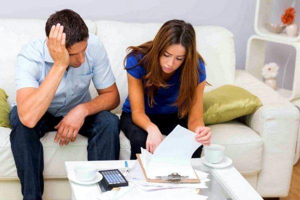 Семейная пара изучает документы