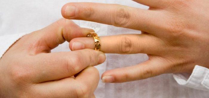 Снятие обручального кольца с безымянного пальца