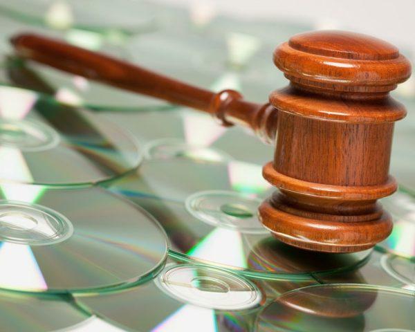 Судейский молоток и CD-диски