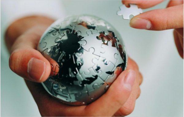 Технологичный шар из пазлов в руке
