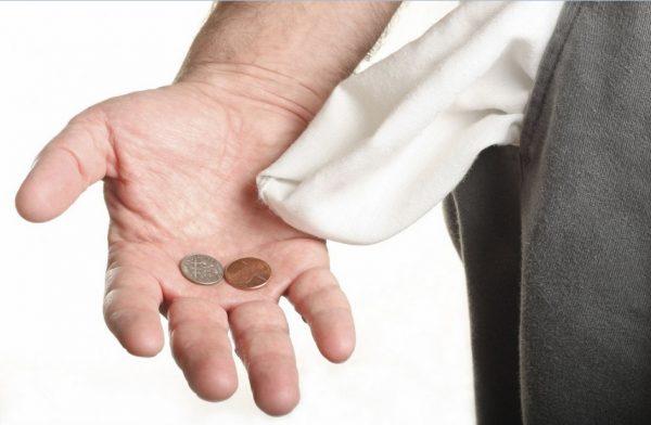 Мужчина с вывернутым карманом