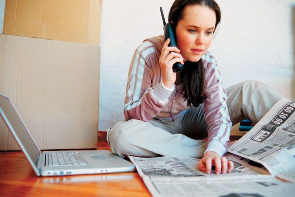 Девочка с газетой и телефоном