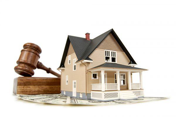 Дом и судейский молоток