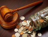 Судейский молоток и банка с мелочью