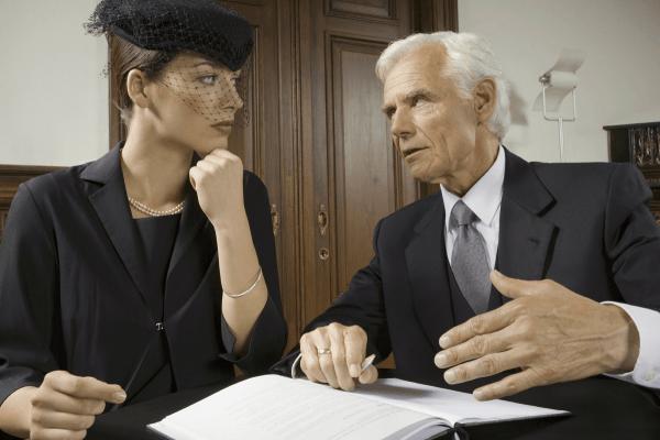 Женщина в траурной одежде в кабинете юриста