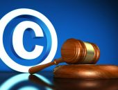 Значок авторского права и судейский молоток
