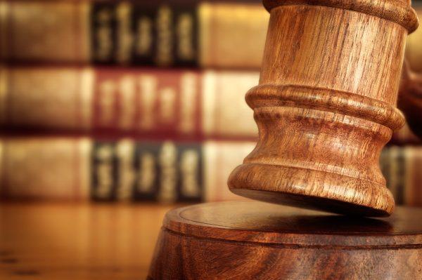 Молоток судьи на фоне книг