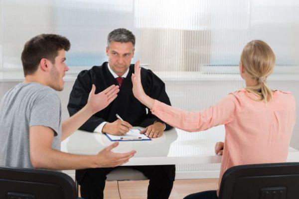 Двое людей ссорятся у адвоката