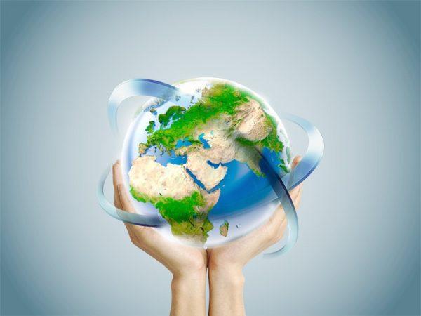 Макет земного шара в руках человека