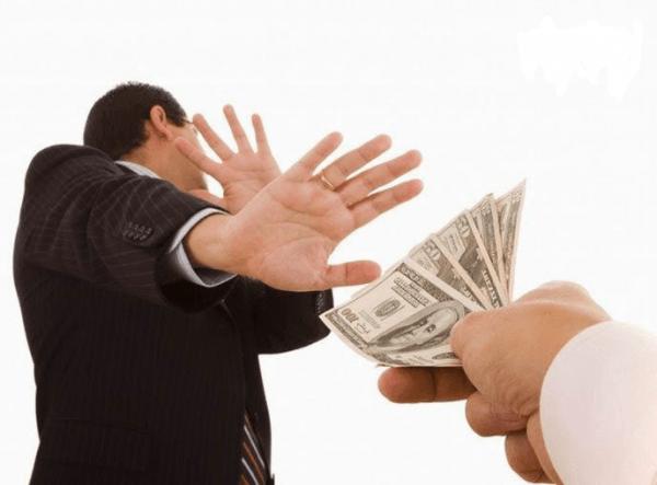 Человек отказывается от денег