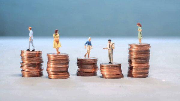 Монеты и фигурки людей на них