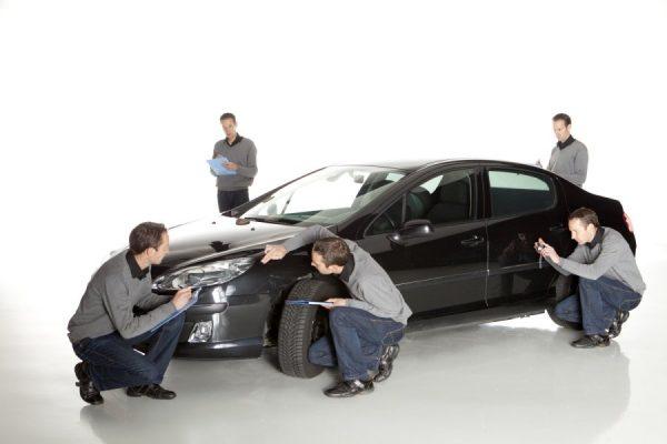 Мужчины осматривают автомобиль