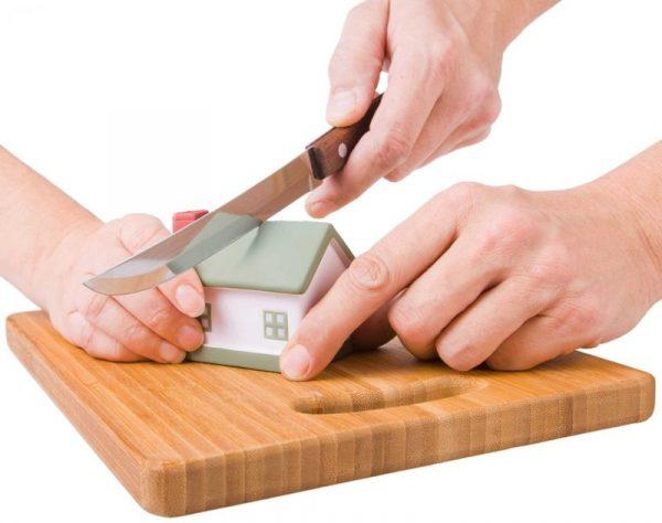 Руки ножом разрезают дом