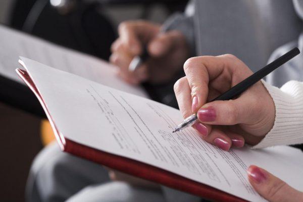 Рука, заполняющая документ