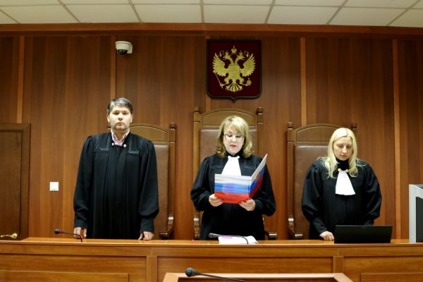Трое судей в зале судебного заседания