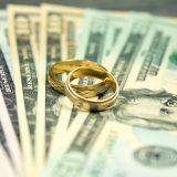 Деньги и два обручальных кольца