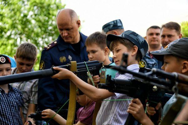 Дети и сотрудники МВД тренируются в стрельбе