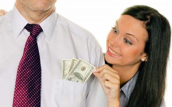 Девушка достаёт деньги из кармана