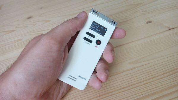 Диктофон в руке