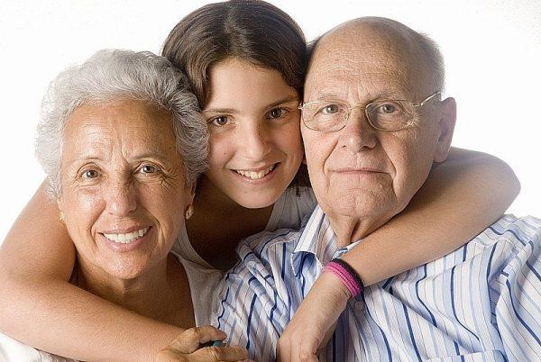 Девушка с пожилой парой