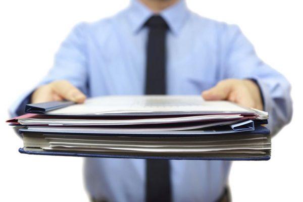 Папка с документами в мужских руках