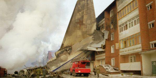 Дом, пострадавший от падения на него самолёта