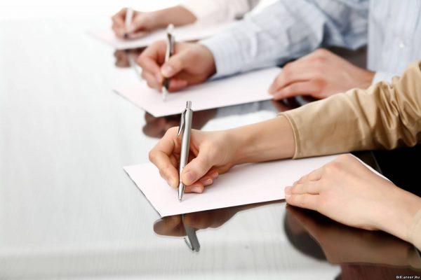 Руки женщины и мужчин крупным планом во время оформления документов