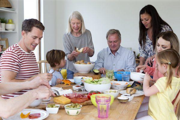 Большая семья за общим столом