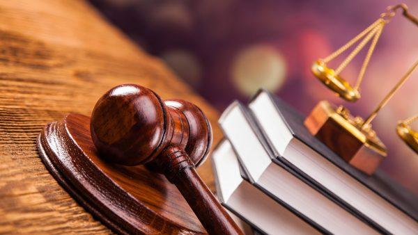 Три книги, судейский молоток и весы правосудия