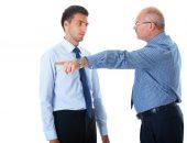 В момент спора мужчина прогоняет молодого человека, указывая пальцем в сторону