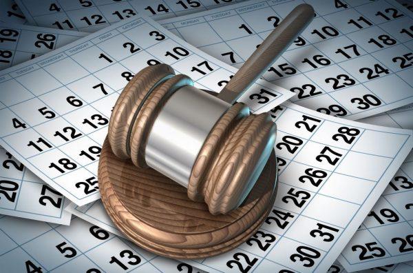 Судейский молоток и листы календаря