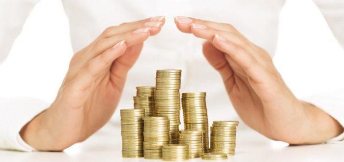 Женские руки оберегают монетки